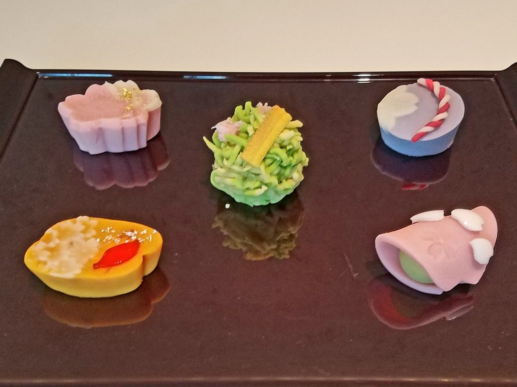 Cafe Tsubaki offers wagashi (traditional Japanese sweets) inspired by artworks. The wagashi is made by the Kikuya confectionary, a shop in Aoyama dating back to 1935 [Cherry Blossom Art]