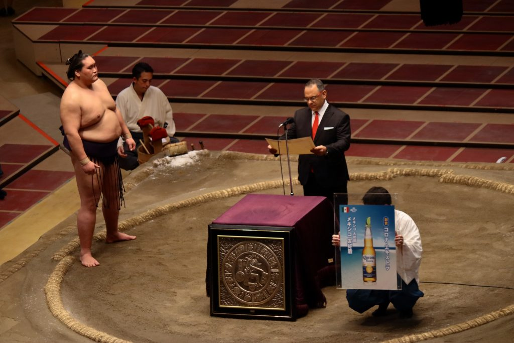 Terunofuji receiving Mexican Friendship Award at 2020 July Sumo Grand Tournament in Ryogoku Kokugikan