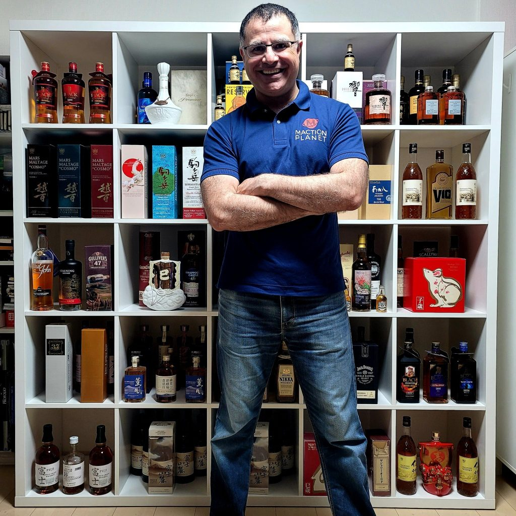 Mac-in-front-of-whisky-shelves